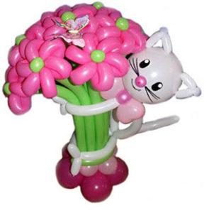 Кошечка с букетом из 11 воздушных цветов